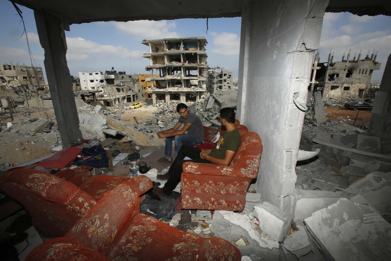 Mazauna garin Gaza a cikin gidansu da hare haren Isra'ila suka tarwatsa.