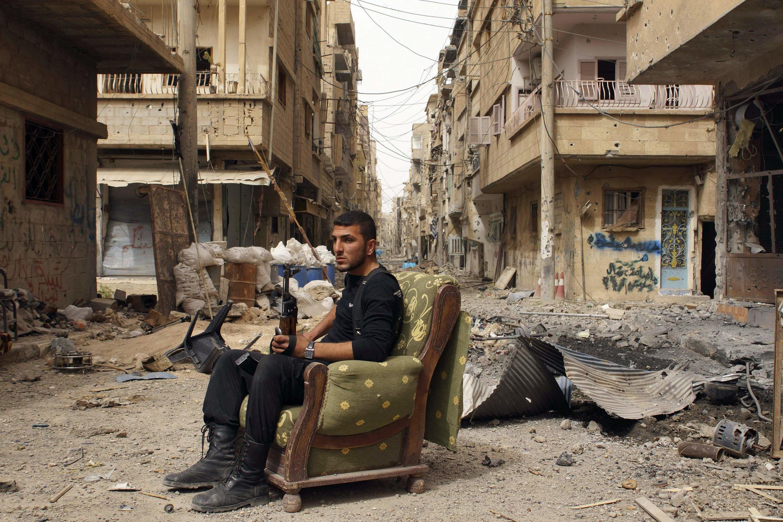 Um membro do Exército para a Síria Libre em Deir al-Zor, no dia 2 de abril de 2013.