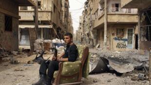 Un membre de l'Armée syrienne libre dans une rue de Deir al-Zor, le 2 avril 2013. Des armes chimiques auraient bien été utlisées en Syrie.