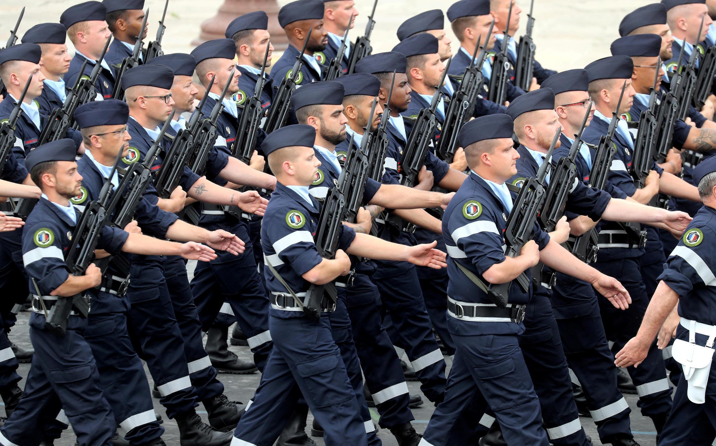 Колонна военных медиков. Национальный праздник Франции. Площадь Согласия в Париже 14 июля 2020.