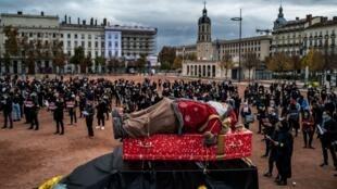 Decenas de comerciantes se manifiestan contra el cierre de sus negocios como consecuencia de las medidas contra el coronavirus, con un muñeco de Papá Noel en un ataúd, el 16 de noviembre de 2020 en la ciudad francesa de Lyon