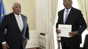 O primeiro-ministro, António Costa (esq) durante um encontro com o ministro das Relações Exteriores de Angola, Manuel Augusto