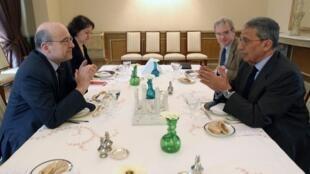 Глава МИДа Франции Ален Жюппе беседует с Генеральным секретарем Лиги арабских стран Амром Муссой. Каир 06/03/2011