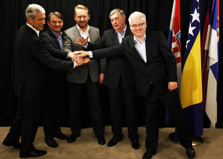 A partir da esquerda, o presidente da Sérvia, os três presidentes da Bósnia-Herzegovina e o presidente da Croácia.