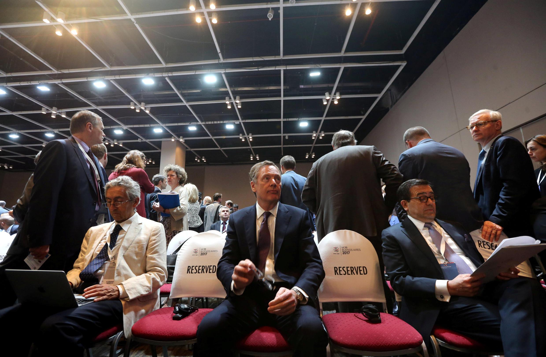 Bộ trưởng Thương Mại Mỹ Robert Lighthizer ( giữa) dự hội nghị WTO ngày 11/12/2017 tại Buenos Aires, Achentina.