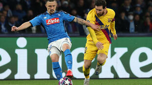 Mario Rui, défenseur portugais de Naples (g), face à Lionel Messi, le 25 février 2020.