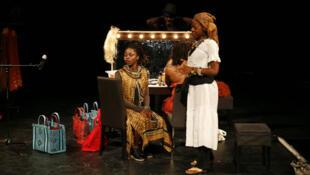 Scène de la pièce «Moi et mon cheveu» de la Franco-Ivoirienne Eva Doumbia.