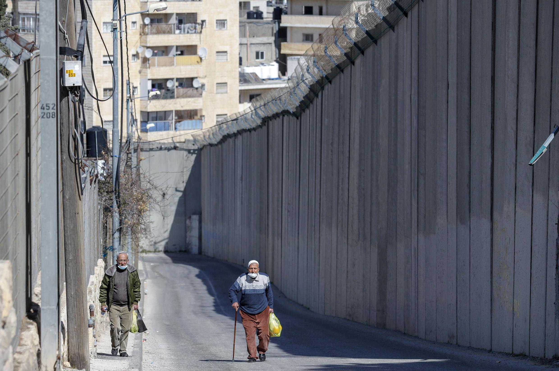Un mur a été érigé entre la West Bank city d'Abus Dis et Jérusalem Est.