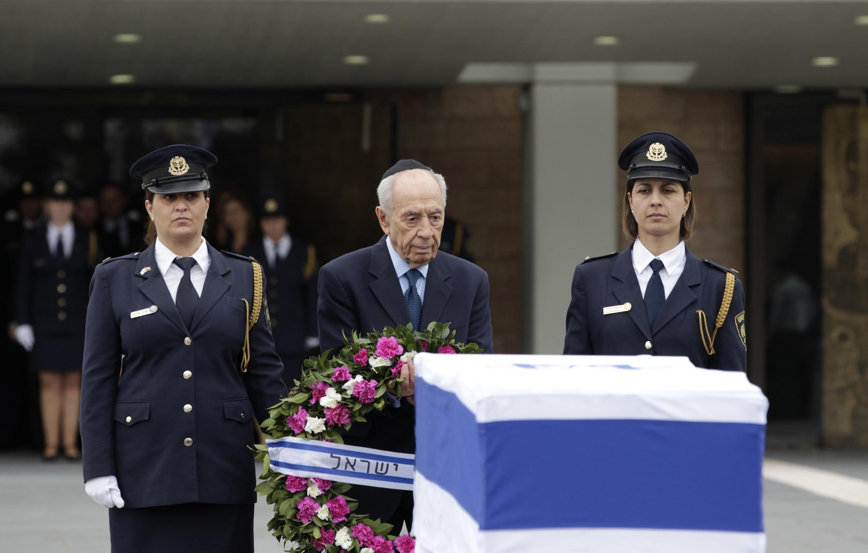 Le président israélien Shimon Peres devant le cercueil de l'ancien Premier ministre Ariel Sharon, à Jérusalem, le 12 janvier 2014.
