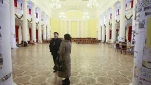 Посетители внутри киевской мэрии 16/02/2014