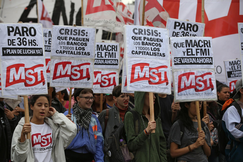 Giới công đoàn và đại diện các doanh nghiệp nhỏ Achentina biểu tình gần trụ sở Quốc Hội đòi thay đổi chính sách kinh tế, Buenos Aires, ngày 01/04/2019