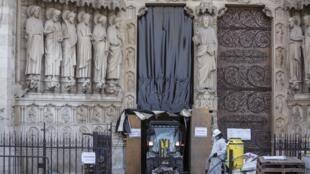 Les travaux de reconstruction de la cathédrale Notre-Dame, ravagée par l'incendie du 15 avril 2019, se poursuivent. Photo prise le 24 juillet 2019.