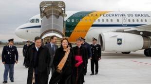 Chegada da presidente Dilma Rousseff a Roma neste domingo (17), onde vai acompanhar a missa inaugural do pontificado do papa Francisco.