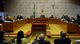 Os ministros Supremo Tribunal Federal (STF) ficaram até a madrugada de sexta-feira (15) julgando ações sobre o processo de impeachment da presidente Dilma Rousseff.