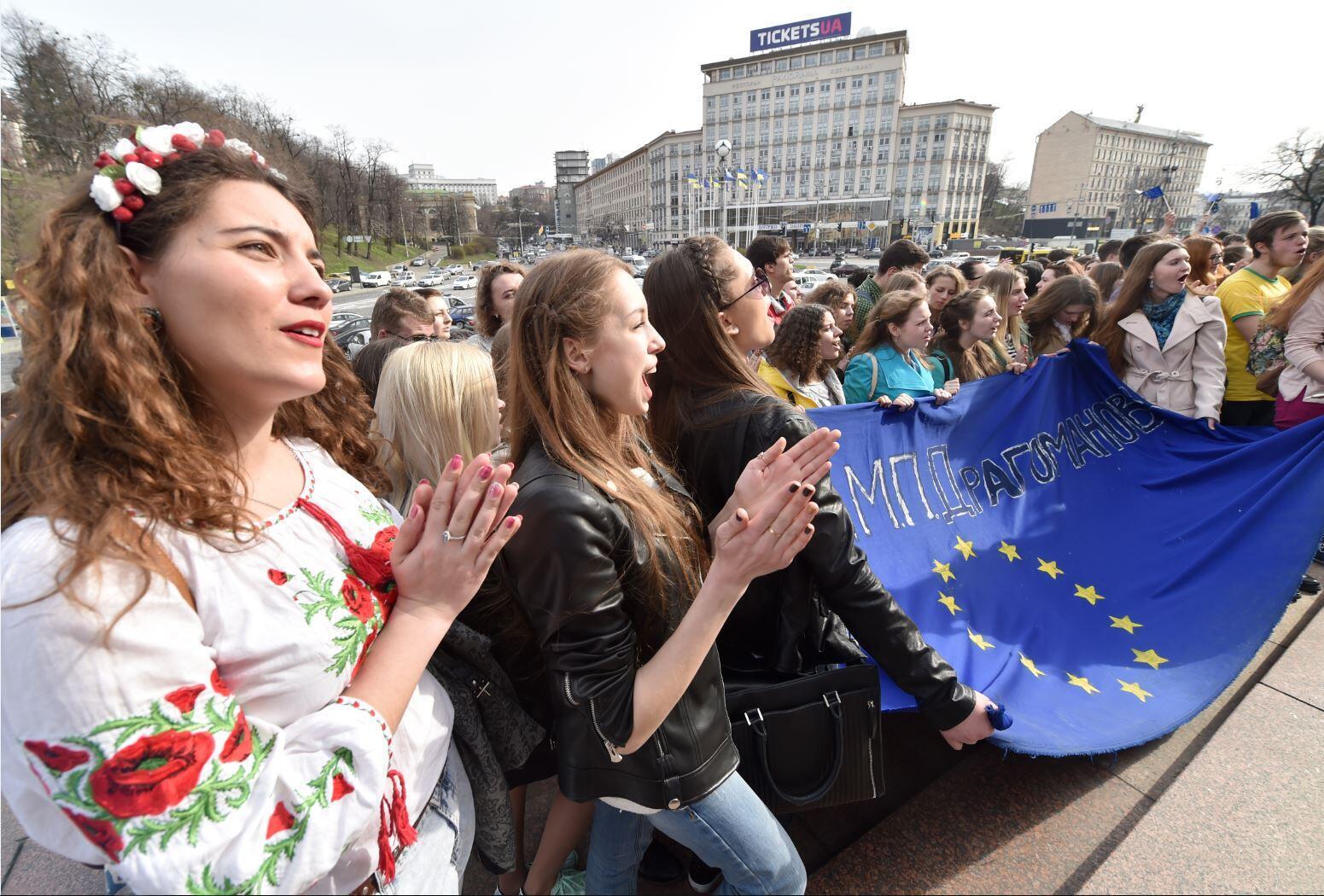 Студенты вышли на акцию в Киеве в день проведения референдума о соглашении ЕС и Украины в Нидерландах, 6 апреля 2016 г.