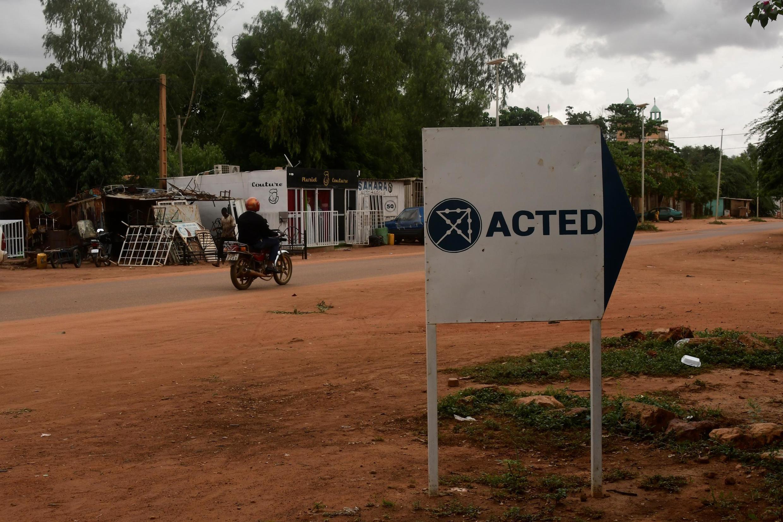 Un panneau indique l'entrée du bureau de l'ONG française Acted à Niamey, au Niger.