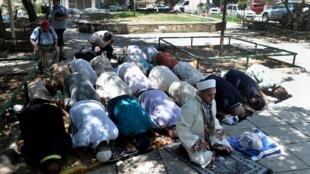 Des grecques prient dans la rue à Thessalonique.