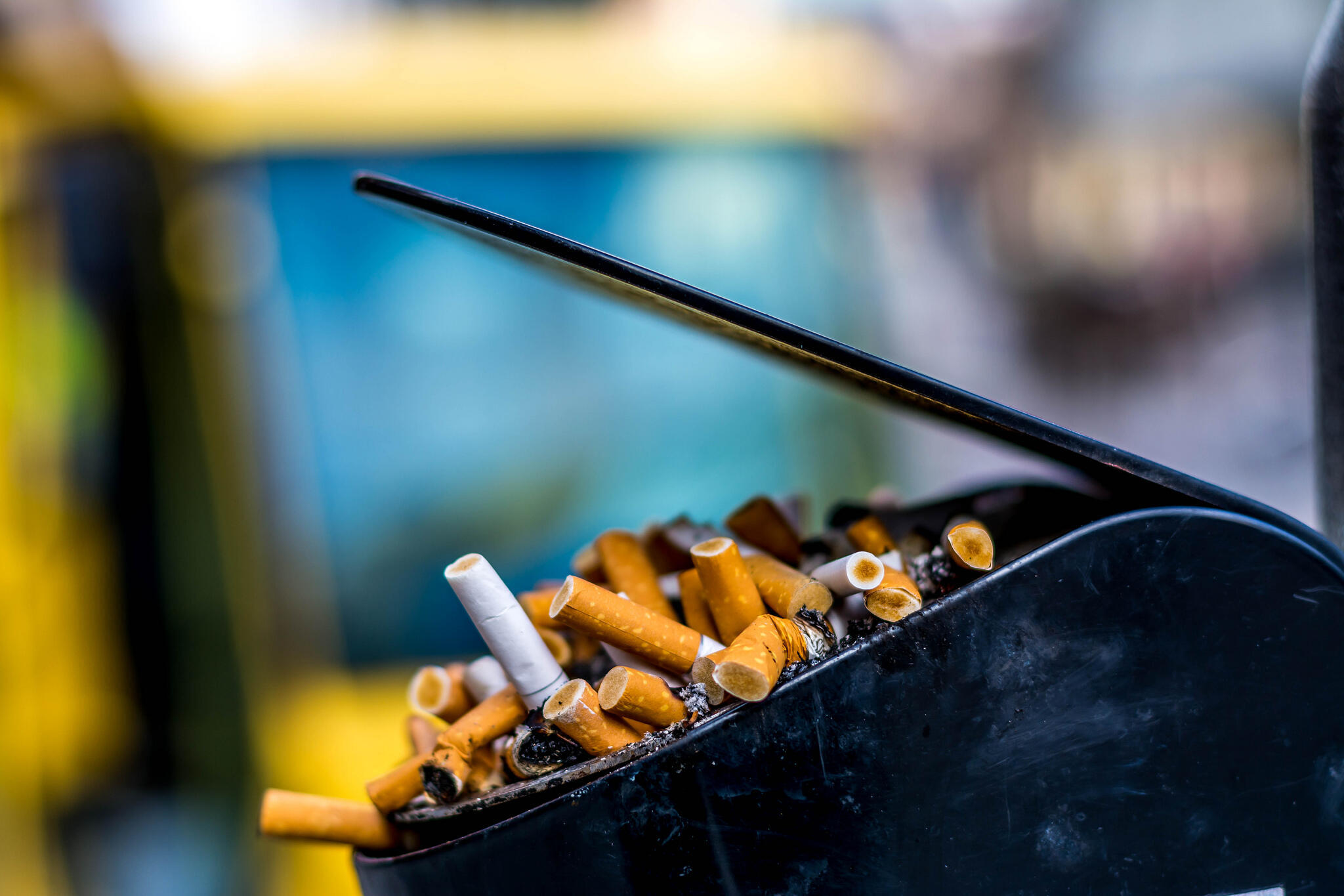 En moyenne, un fumeur régulier sur deux meurt prématurément des causes de son tabagisme, et la moitié de ces décès se situent entre 35 et 69 ans.