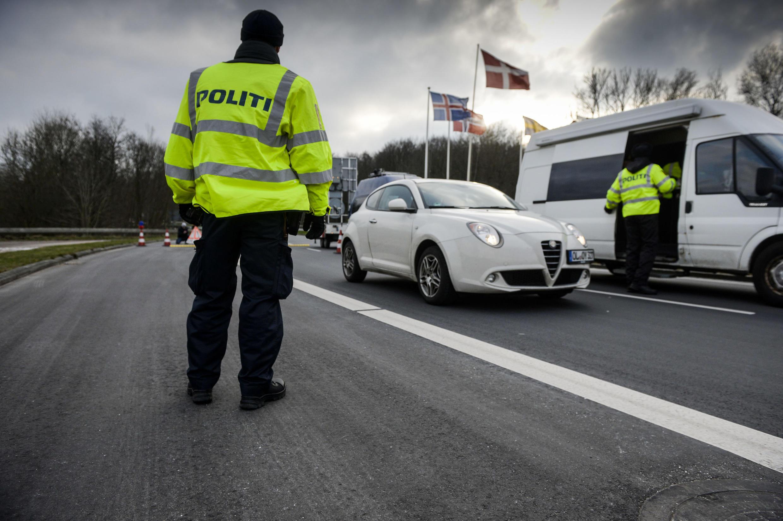 瑞典警方在公路上加強管制難民進出