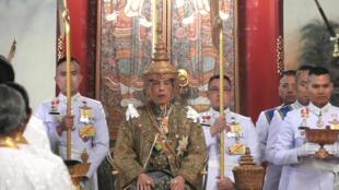 ព្រះមហាក្សត្រថៃ Maha Vajiralongkorn។ រូបភាពថតពីកញ្ចក់ទូរទស្សន៍ ផ្សាយបន្តផ្ទាល់ នៅថ្ងៃទី៤ ឧសភា ២០១៩