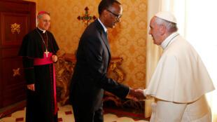 Rais wa Rwanda Paul Kagame, wakati alipokutana na  Papa  Franciss mjini Vatican