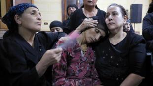 La madre de una las víctimas del ataque contra los cristianos coptos en Egipto durante el funeral de su hijo en la Iglesia de la Sagrada Familia de Minya el 26 de mayo de 2017.