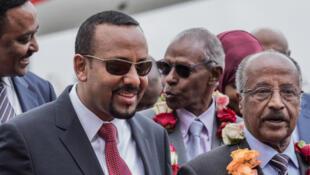 Le ministre des Affaires étrangères érythréen Osman Saleh (d.) et Abiy Ahmed (g.), le 26 juin 2018 à Addis-Abeba.