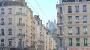 Grande pharmacie lyonnaise, vue de la place des Cordeliers vers l'ouest et la rue Grenette à Lyon (Illustration).