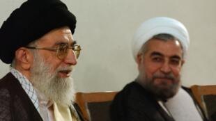 Hassan Rohani (à direita), ao lado do guia supremo do Irã,  Ali Khamenei, no dia 16 de junho de 2013 em Teerã.