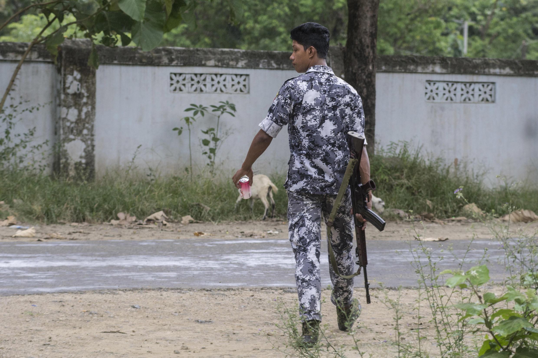 Một binh sĩ Miến Điện tuần tra tại Maungdaw gần biên giới với Bangladesh ngày 09/10/2016.