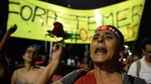 Des partisans de la présidente Dilma Rousseff défilent à Brasilia, la capitale du Brésil, le 10 juin 2016.