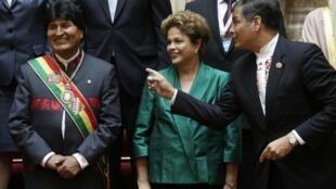 Dilma Rousseff entre o bolivano Evo Morales (à esq.) e Rafael Correa (à dir.), do Equador.