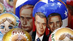 Des poupées russes à l'effigie des présidents Dmitri Medvedev (g) et Barack Obama dans un marché de Moscou, le 3 juin 2009.