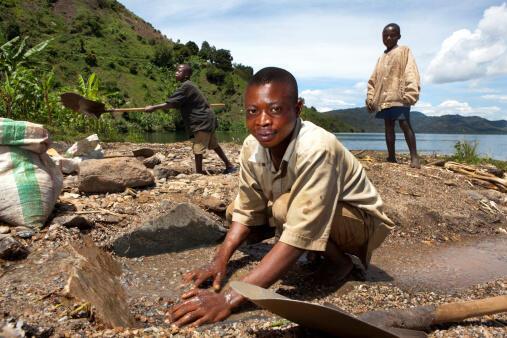Lavage du coltan au bord du lac Kivu, en République démocratique du Congo (RDC).