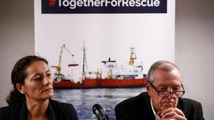 Sophie Beau, vice-présidente de SOS Méditerranée, et Francis Vallat, président, ont tenu une conférence de presse à Paris, le 24 septembre 2018, alors que l'Aquarius est menacé de perdre le pavillon qui lui permet de naviguer.