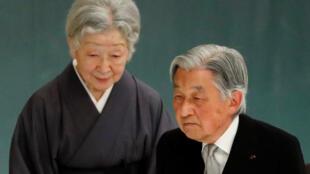 A imperatriz Michiko (esq) e o imperador Akihito, que abdicou do trono