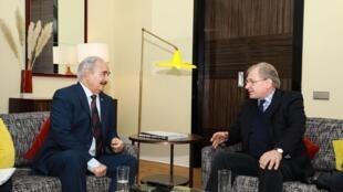 Le maréchal Haftar (à gauche) rencontrant l'ambassadeur américain en Libye Richard Norland en marge du sommet de Berlin en Allemagne.
