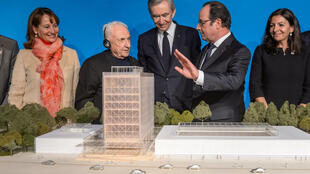 La ministra de Ecología Ségolène Royal, el arquitecto Franck Gehry, el magnate Bernard Arnault, el presidente francés François Hollande y la alcaldesa de París Anne Hidalgo miran una maqueta del futuro museo, este 8 de marzo de 2017 en París.