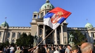 Manifestantes em frente à Assembleia Nacional, em Belgrado. Em 8 de julho de 2020.