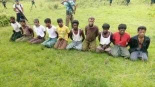 Des hommes Rohingya sont détenus par les forces birmanes dans le village de Inn Din, dans l'État de l'Arakan, le 2 septembre 2017.