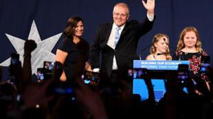 O primeiero-ministro Scott Morrison celebra a vitória nas urnas com partidários em Sydney, neste sábado 18 de maio.  2019 à Sydney.