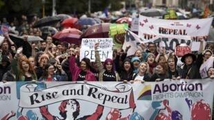 Manifestação em defesa do direito ao aborto reuniu milhares de pessoas em Dublin