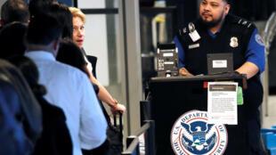 Sont-ce les perturbations subies par plusieurs avions de ligne vendredi qui ont convaincu Donald Trump de rouvrir l'administration? Aéroport LaGuardia de New York, le 25 janvier 2019.