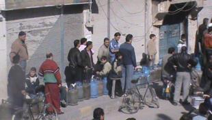 População faz fila para abastecimento de gás em Homs, uma das cidades onde os protestos se concentram.