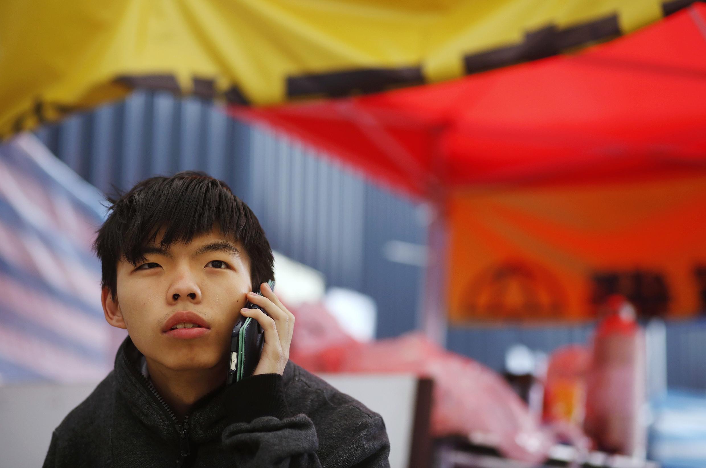 Lãnh đạo phong trào học sinh đòi dân chủ Hoàng Chi Phong trong cuộc biểu tình ngày 2/12/2014 trước trụ sở chính quyền Hồng Kông.