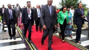 布隆迪反对派对东非首脑会议妥协深表失望 图为肯尼亚总统乌呼鲁·肯雅塔抵达峰会会场