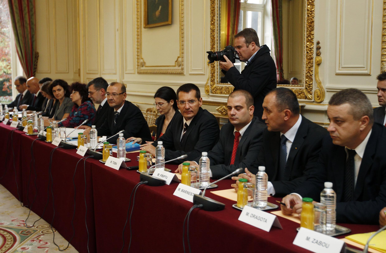 Phái đoàn Rumani đang đợi cuộc họp với các thành viên chính phủ Pháp (25/08/2010)
