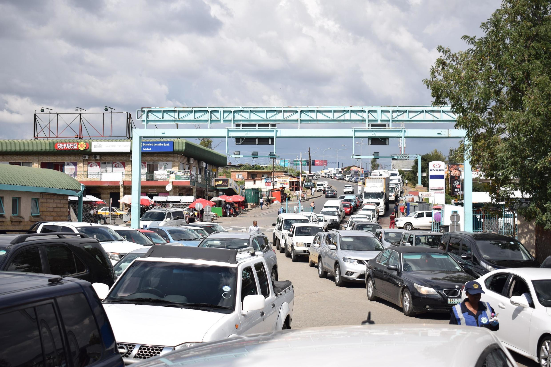 Une file d'attente de voitures au poste frontière de Maseru Bridge, entre le Lesotho et l'Afrique du Sud, le 24 mars 2020, alors que les résidents cherchent à s'approvisionner en épicerie et autres produits essentiels avant la fermeture des frontières.