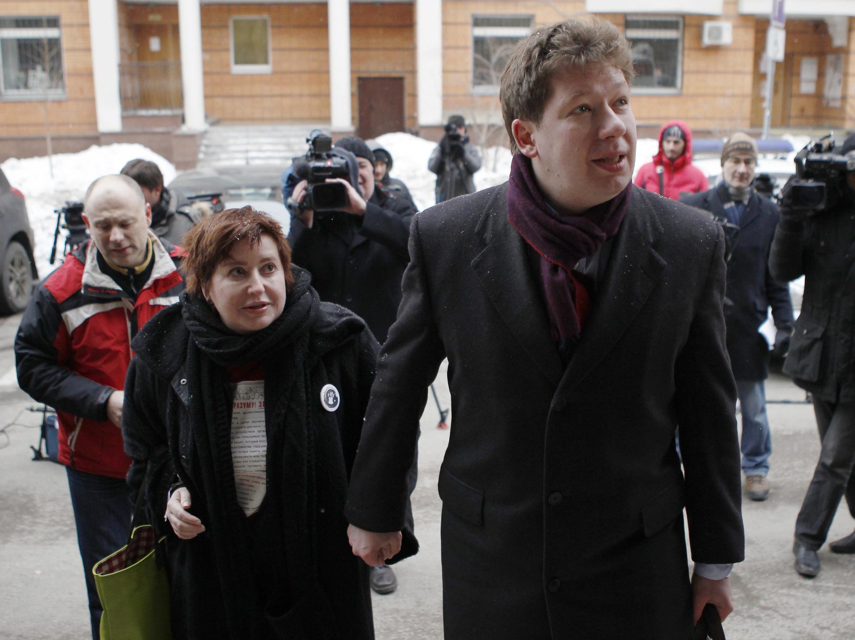 Журналистка Ольга Романова и её муж Алексей Козлов перед Пресненским судом Москвы 11 марта 2012.