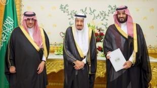 از راست به چپ : محمد بن سلمان، ملک سلمان و محمد بن نایف